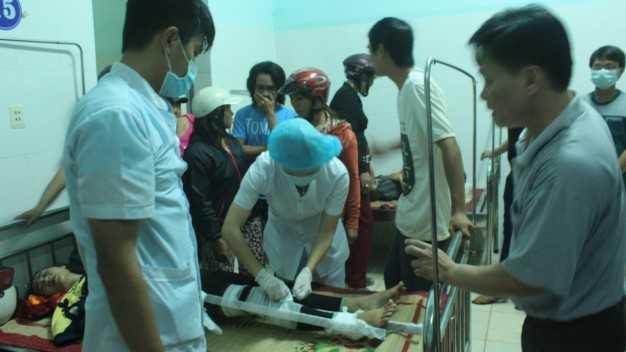 Các bác sĩ Bệnh viện huyện Ea H'leo cấp cứu cho các bệnh nhân. Ảnh: Ngọc Tài – Trường Ngữ.