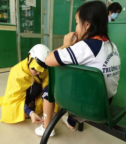Một học sinh bị thương tích được cấp cứu tại phòng khám Bà Điểm, Hóc Môn ngày 17/10/2014. Ảnh: Phan Cường