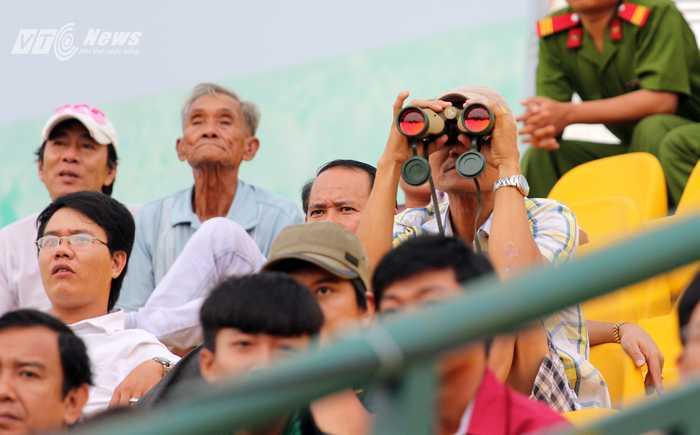 Fan dùng ống nhòm xem bóng đá tại sân Cần Thơ (Ảnh: Nhạc Dương)