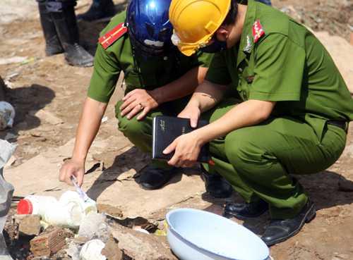 Cảnh sát khám nghiệm hiện trường vụ nổ. Ảnh: An Nhơn.