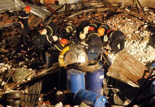 Nhiều thùng phuy đựng hoá chất được thu sau vụ nổ. Ảnh: An Nhơn.