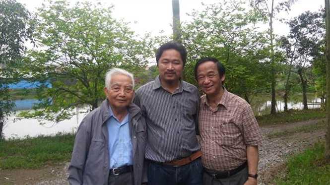 Ông chủ vườn chim (ở giữa) bên các nhà khoa học