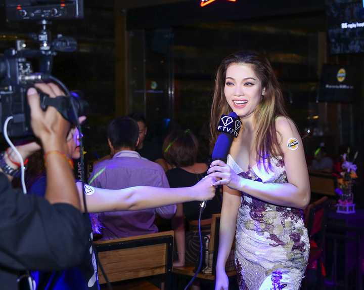 Người đẹp được một kênh truyền hình thời trang phỏng vấn về phong cách ăn mặc