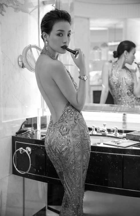 Người đẹp diện thiết kế lưng trần táo bạo khoe tấm lưng nõn nà và vòng ba gợi cảm.