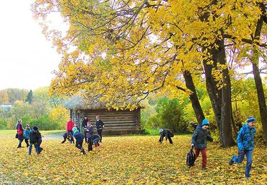 Trẻ em vui chơi gần ngôi nhà trong điền trang.