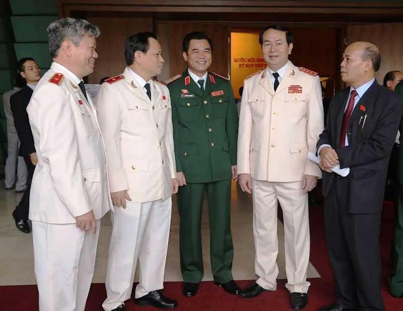 Bộ trưởng Trần Đại Quang trao đổi với các đại biểu bên lề kỳ họp thứ 8 Quốc hội khóa XIII