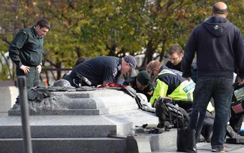 Lực lượng cứu hộ cấp cứu cho binh sĩ Nathan Cirillo bị bắn trúng
