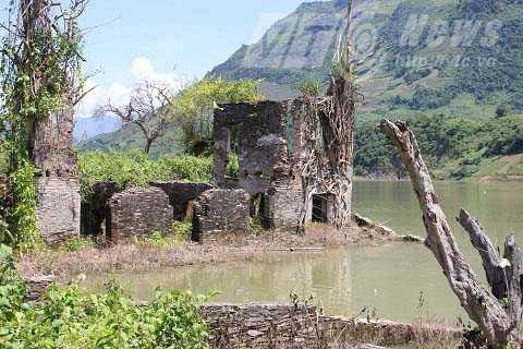 Phần lớn phế tích đã chìm dưới lòng hồ thủy điện