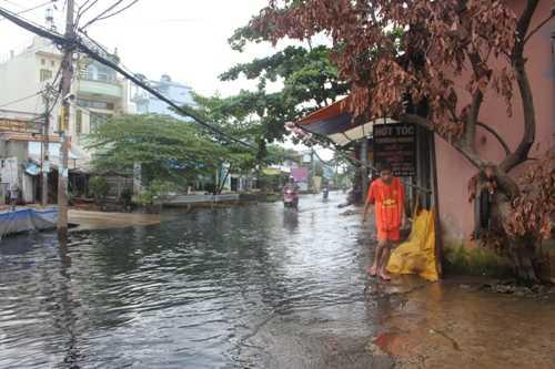 Tình trạng ngập nước thối kéo dài gây ảnh hưởng nghiêm trọng đến sức khỏe của người dân và ảnh hưởng đến cuộc sống sinh hoạt, kinh doanh bị đảo lộn
