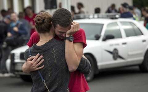 Học sinh bàng hoàng sau vụ xả súng tại quán awntwj phục vụ của trường Marysville