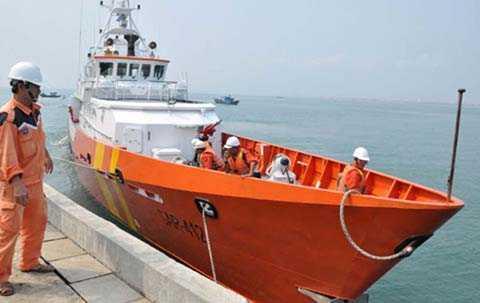 Dự kiến tối 26/10, tàu SAR 412 sẽ đưa 13 ngư dân bị tàu nước ngoài đâm chìm vào bờ