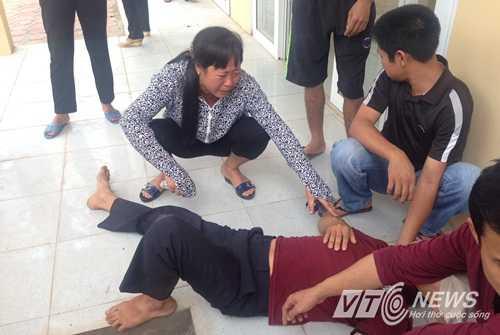 Gia đình đau đớn trước cái chết bất ngờ của cháu Nhung (Ảnh: Minh Chiến)