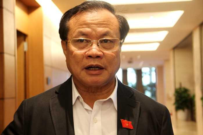 Bí thư Thành ủy Hà Nội Phạm Quang Nghị trao đổi với phóng viên bên hành lang Quốc hội (Ảnh: Phạm Thịnh)