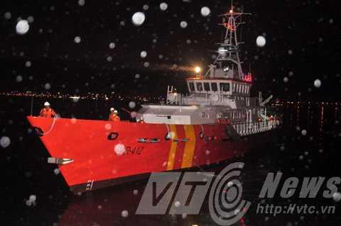 Đúng 21h30 tối 26/10, tàu SAR 412 đã về đến Đà Nẵng, đưa 13 ngư dân trên tàu cá BĐ 95393 TS bị tàu nước ngoài đâm chìm về bờ an toàn