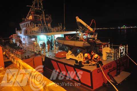 Tàu SAR 412 khẩn trương cập bờ, đưa ngư dân về đất liền