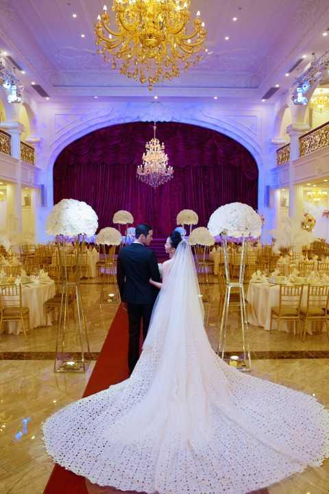 Những bộ váy cưới sang trọng dường như làm tôn lên vẻ đẹp cổ điển đậm chất Á đông của Linh Nga.