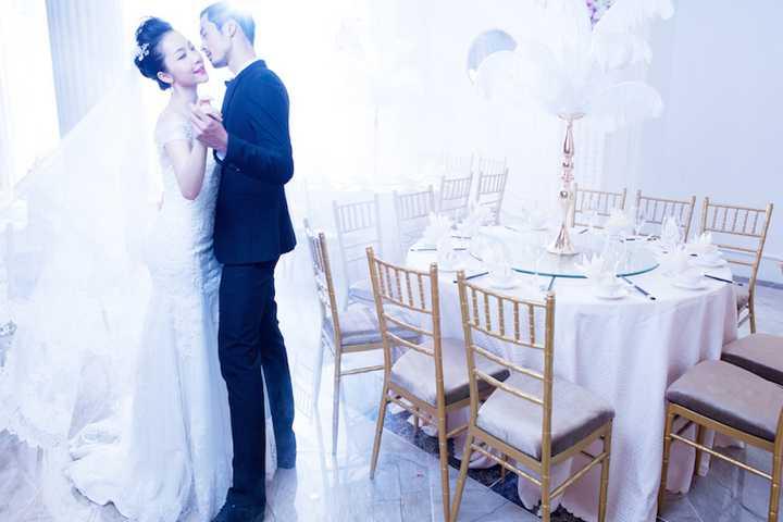 Từng cử chỉ, phong thái thể hiện của Linh Nga và Dương Mạc Anh Quân đều gợi tả cảm giác hạnh phúc, tin tưởng của cặp đôi.