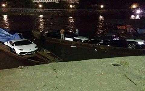 Lamborghini Huracan được vận chuyển bằng đò trong đêm ở Quảng Ninh.                Ảnh: Bun Nguyễn.