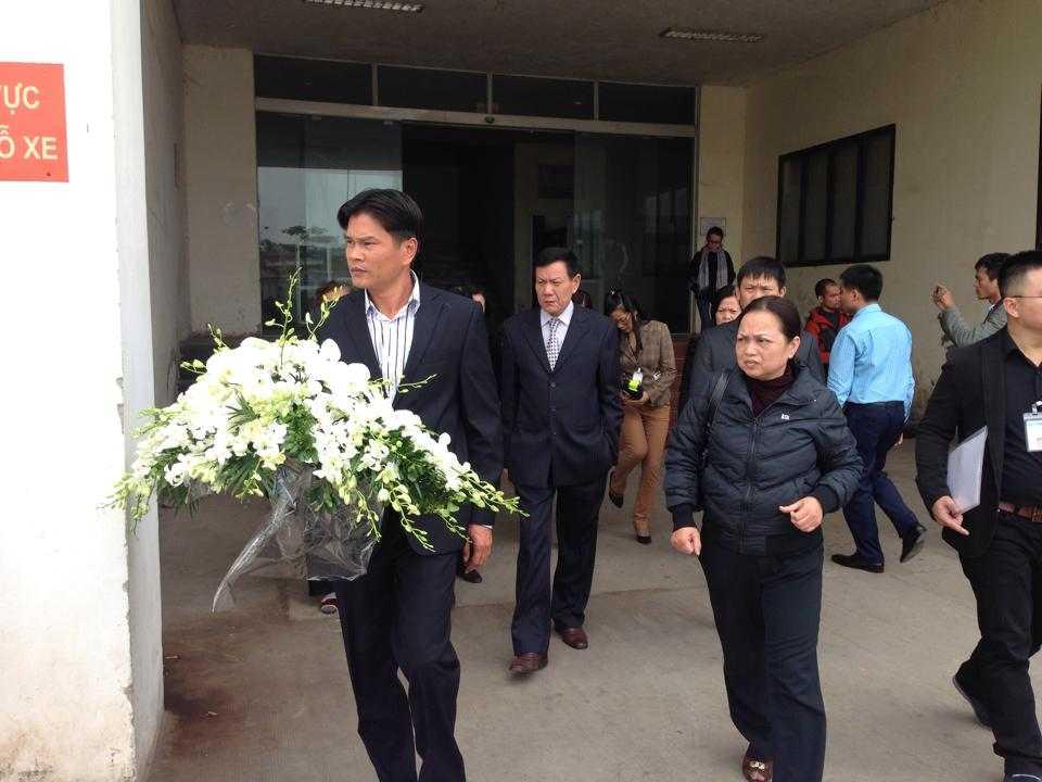 Gia đình có mặt ở sân bay Nội Bài để đón thi thể các nạn nhân