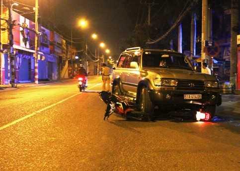 Hiện trường vụ xe ô tô kéo lê, cuốn 2 xe máy vào gầm