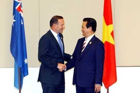 Thủ tướng Nguyễn Tấn Dũng và Thủ tướng Australia Tony Abbott trong cuộc tiếp xúc song phương chính thức tại Myanmar ngày 12/11/2014