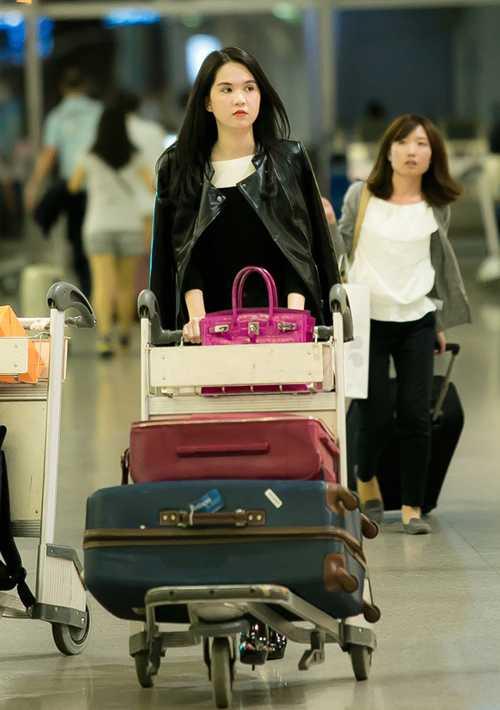 Ngọc Trinh sành điệu, cá tính xuất hiện tại sân bay Tân Sơn Nhất TP HCM.