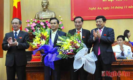 Lãnh đạo Nghệ An tặng hoa chúc mừng tân Phó chủ tịch UBND tỉnh. Ảnh: Báo Nghệ An