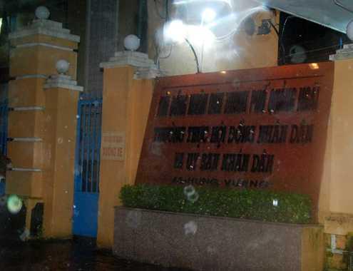 Cổng vào trụ sở Ủy ban nhân thành phố Quảng Ngãi. Ảnh: Trí Tín.