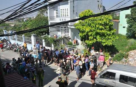 Sáng nay (14/11) người dân đứng kín cả đường đi xem công an khám nghiệm hiện trường