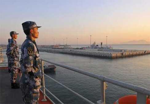 Các binh sĩ Trung Quốc đứng canh gác