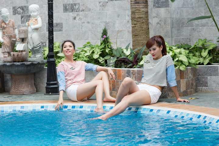 Cặp đôi diện những chiếc quần short kết hợp cùng áo pull năng động khiến hai người đẹp có vẻ xì-tin và trẻ hơn tuổi.