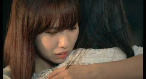 Đôi bạn thân ôm nhau khóc òa.