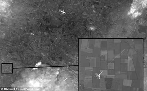 Kênh truyền hình Chanel 1 của Nga cho rằng đây là bức ảnh cho thấy MH17 bị máy bay quân sự bắn hạ