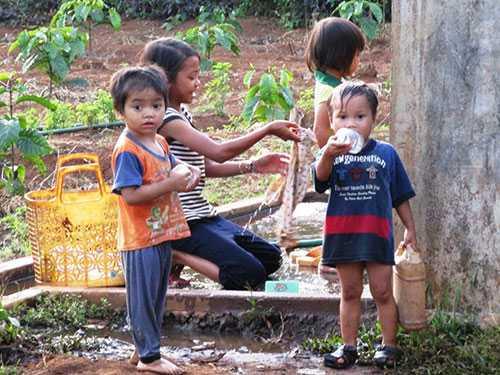 Rất nhiều trẻ em của làng Ea Luh thất học, không việc làm và sẽ thành gánh nặng cho xã hội.