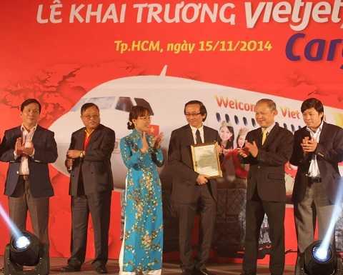 Ông Võ Huy Cường trao giấy phép