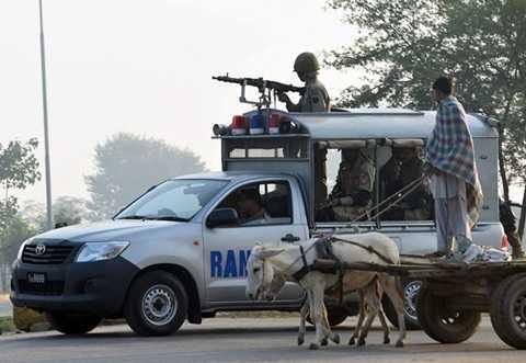Lính Pakistan tuần tra dọc biên giới với Ấn Độ