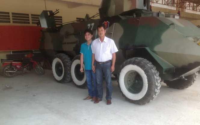 Cha con ông Trần Quốc Hải bên chiếc xe bọc thép tự chế tạo