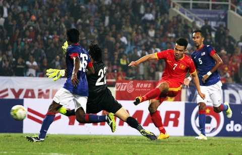 Hoàng Thịnh ấn định chiến thắng 3-1 cho tuyển Việt Nam (Ảnh: Nhạc Dương)