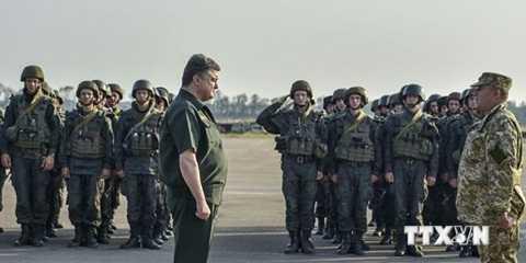 Tổng thống Poroshenko: 'Hiện quân đội của chúng tôi đang ở trong tình trạng tốt hơn so với 5 tháng trước'.