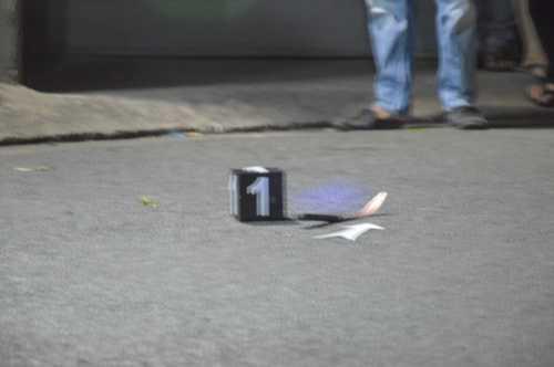 Trong qua trình người dân truy đuổi đã đánh rơi con dao trên tay nghi phạm (cách hiện trường gây án khoảng 100 mét)