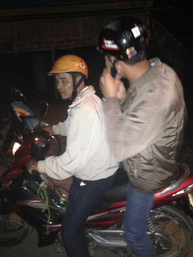 Thanh niên mặc thường phục bỏ xe tuần tra, được người khác chở đi bằng xe máy lúc gần 3h sáng 17/11 - Ảnh: vợ chồng anh Võ Thái Quang cung cấp