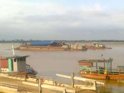 Một số tàu thuyền bị thu giữ tại khu vực bến đò Vân Nam.