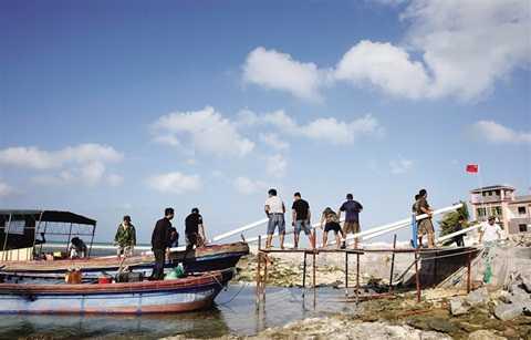 Ngư dân Trung Quốc vận chuyển vật liệu xây dựng lên đảo Cây ở Hoàng Sa của Việt Nam