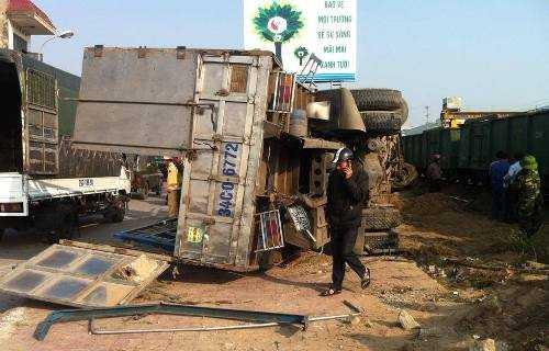 Chiếc xe tải bị tàu hỏa hất tung