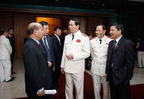 Bộ trưởng Trần Đại Quang trao đổi với các đại biểu bên lề kỳ họp.