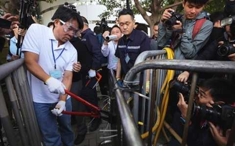 Cảnh sát Hong Kong gỡ rào chắn do người biểu tình dựng lên - Ảnh: SCMP