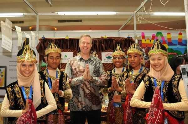 Ông Ted Osius (giữa) trong nhiệm kỳ công tác tại sứ quán Mỹ ở Indonesia