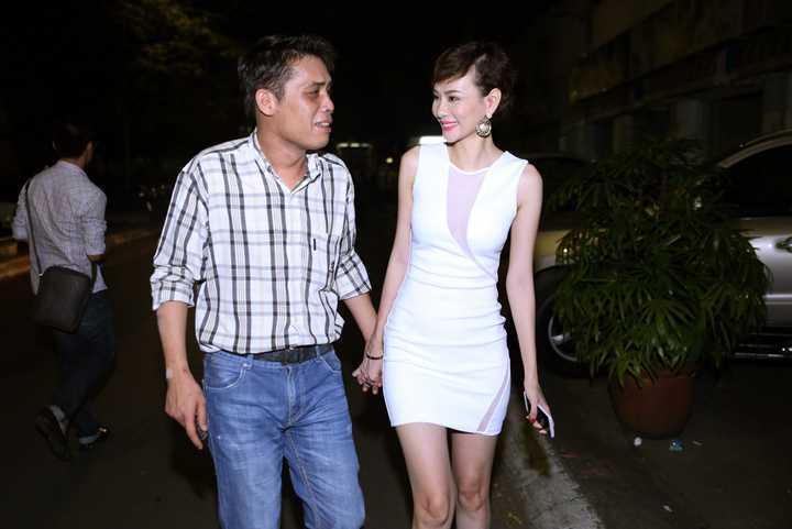 Bất ngờ có mặt tại một sự kiện trong vai trò khách mời, Dương Yến Ngọc gây chú ý trước ống kính ngay khi xuất hiện bên ông xã. Cặp đôi tay trong tay vô cùng tình tứ đã đánh tan nghi án cơm không lành, canh không ngọt.