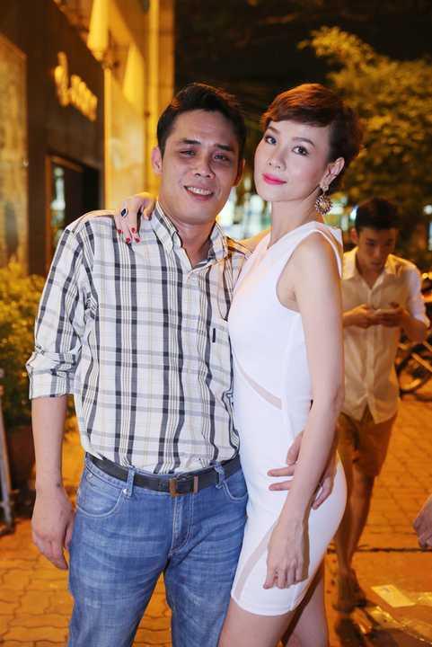 Dương Yến Ngọc chọn cho mình chiếc váy ôm tone trắng thanh lịch với đường cắt khéo léo, gợi cảm khoe cơ thể thon gọn.