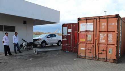 Máy biến thế và dầu biến thế nhiễm PCB được đóng trong các container.